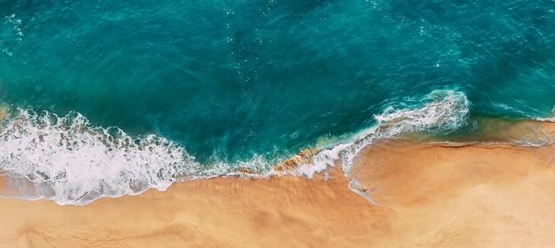 Panorama czystej, piaszczystej plaży. panorama pięknego wybrzeża morskiego. panorama krajobrazu morskiego. okładka strony. ocean i plaża z wysokości. najpiękniejsza plaża. turkusowy ocean.