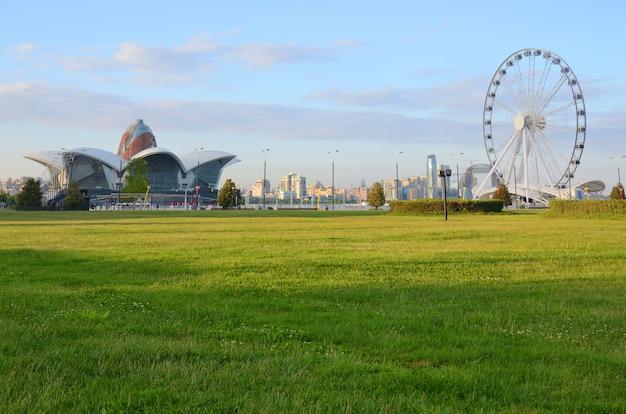 Panorama diabelski młyn i centrum handlowo-rozrywkowe na wybrzeżu morza kaspijskiego w baku