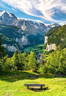 Panorama doliny lauterbrunnen z wengen w alpach szwajcarskich