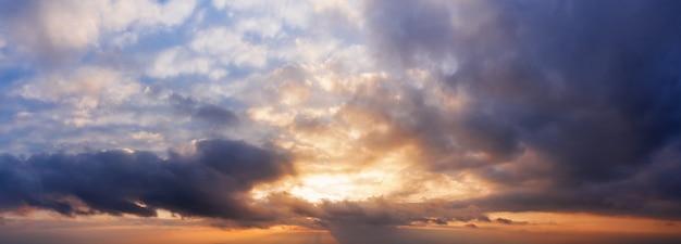 Panorama dramatycznego zachmurzonego nieba o zachodzie słońca
