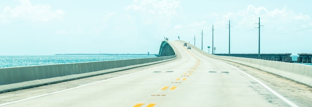 Panorama drogi us1 do key west nad kluczami na florydzie