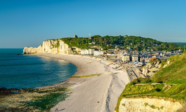 Panorama etretat, miejscowości turystycznej we francuskim departamencie seine-maritime