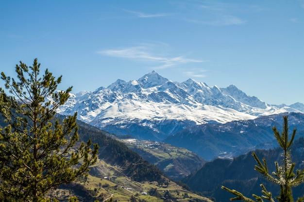 Panorama gór gruzji i śniegu
