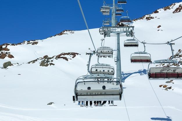 Panorama gór zimowych ze stokami narciarskimi i wyciągami narciarskimi. alpy. austria. pitztaler gletscher. wildspitzbahn