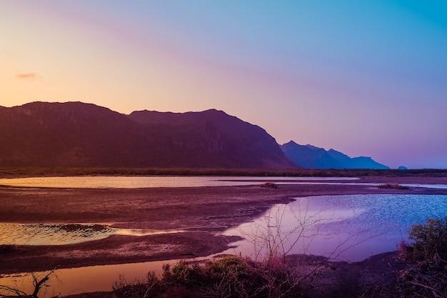 Panorama górski krajobraz sam roi yot o zachodzie słońca tajlandia