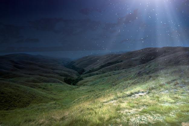 Panorama góry zielonych wzgórz i światła