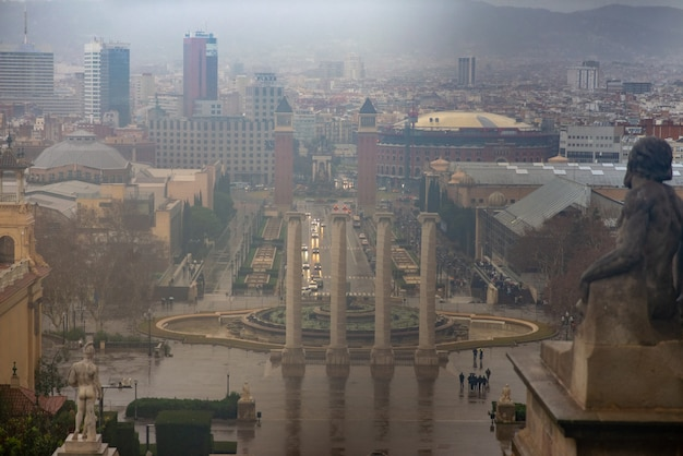 Panorama hiszpanii plaza w barcelonie podczas deszczu. zaczerpnięte z narodowego muzeum sztuki katalonii.