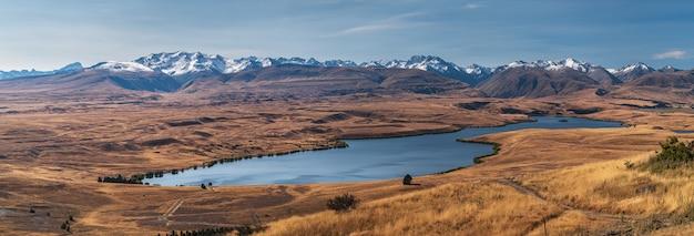 Panorama jeziora aleksandrii w okolicy jeziora tekapo otoczonej górami