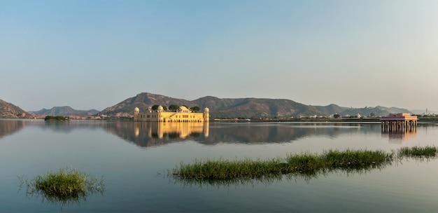 Panorama jeziora man sagar i jal mahal (pałac wodny)