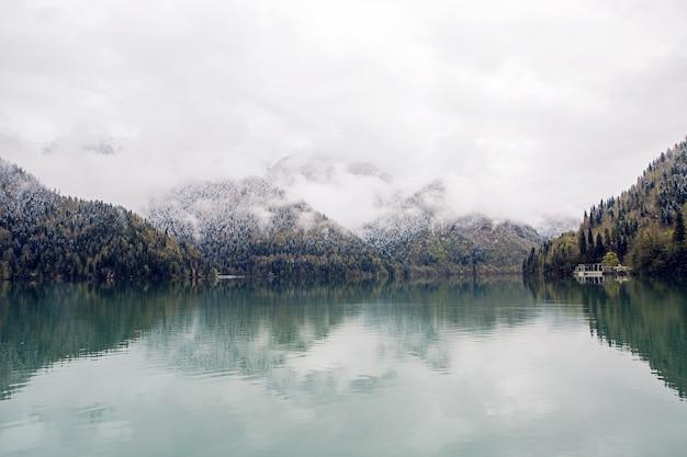 Panorama jeziora ritsa od lewej do prawej w wiosenny poranek z chmurami i błękitną wodą