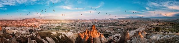 Panorama kapadocji z balonami o zachodzie słońca