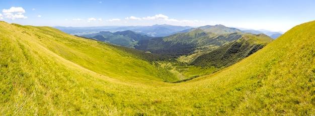 Panorama karpackich gór w lato słonecznym dniu. niesamowita górska dolina