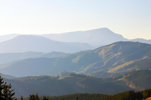 Panorama karpackich gór w lato słonecznym dniu