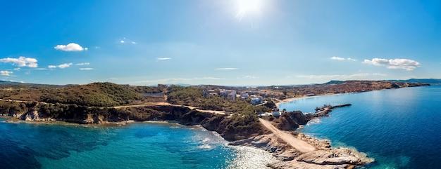 Panorama kościoła i morza z plażą i górami w nea roda, halkidiki, grecja