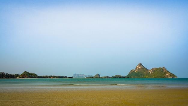 Panorama krajobrazu morskiego z górą na bakground