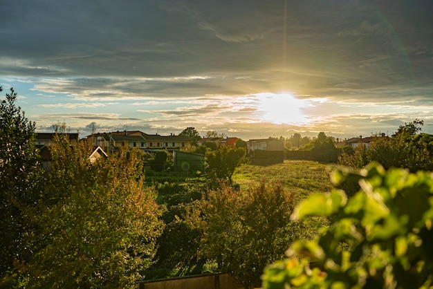 Panorama krajobrazu wsi wsi zachód słońca jesienią