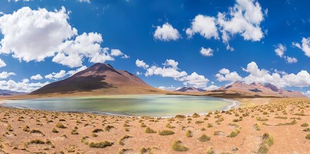 Panorama laguny canapa z wulkanami boliwii ze wspaniałymi chmurami i trawą andów and