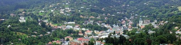 Panorama letni widok na bańską szczawnicę (słowacja) ze wzgórza banskostiavnicka kalwaria.