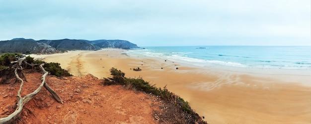 Panorama letniego wybrzeża ze skalistymi wzgórzami