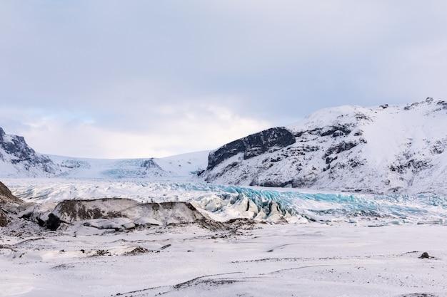 Panorama lodowca islandzkich gór i lodu w parku narodowym