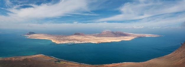 Panorama losu angeles graciosa wyspa od mirador del rio w lanzarote, wyspy kanaryjska, hiszpania.