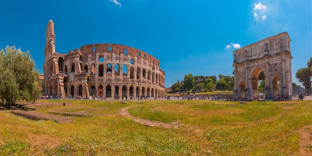 Panorama łuku tytusa i koloseum lub koloseum, znany również jako amfiteatr flawiuszów, największy amfiteatr, jaki kiedykolwiek zbudowano, w centrum starego miasta rzym, włochy.
