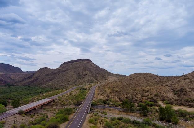 Panorama malownicza droga w górach arizony, czerwone kamienne klify i błękitne niebo