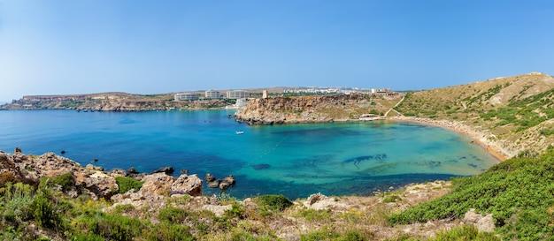Panorama maltańska plaża wybrzeże malty zatoka ghajn tuffieha latem