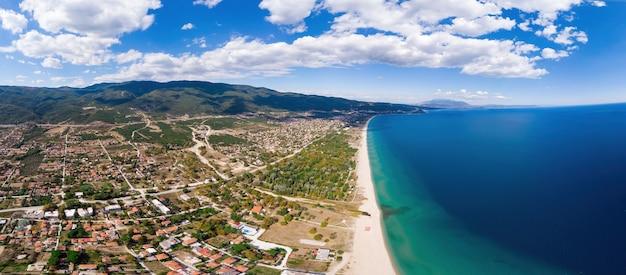 Panorama miasta asprovalta i morza egejskiego, wiele budynków, długa plaża wzdłuż miasta, grecja