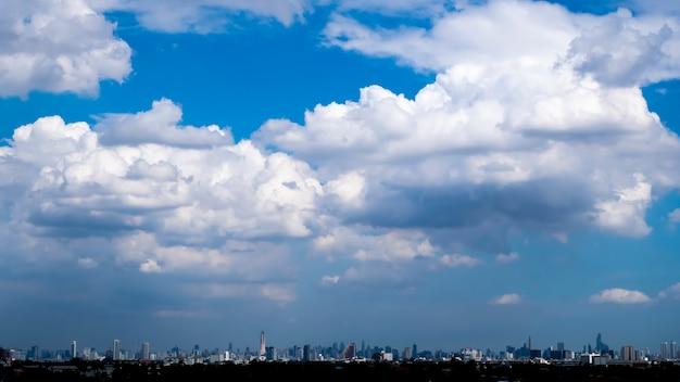Panorama miasta. budynki sylwetka gród. ulice wielkiego miasta. błękitne niebo słońce i chmury. piękna panoramę chongqing bangkok tajlandia. panoramę miejskiego krajobrazu architektonicznego.