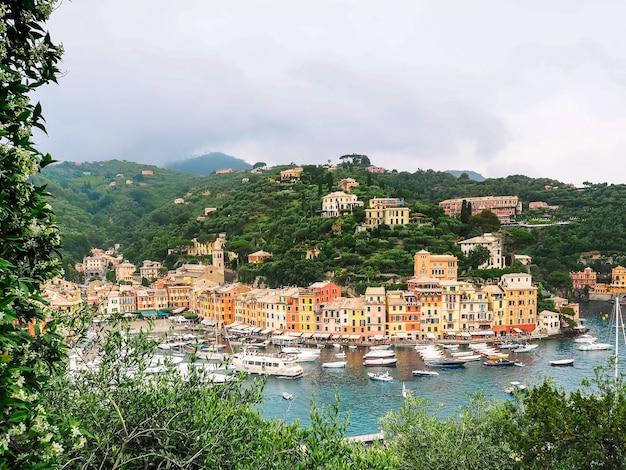 Panorama miasta portofino w genui na wybrzeżu we włoszech.