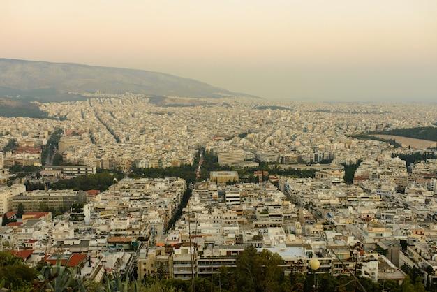 Panorama miasta wieczorem ze wzgórzem lykabettus