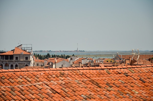 Panorama miasta z dachami wenecji. wenecja panoramiczny widok z lotu ptaka z czerwonymi dachami
