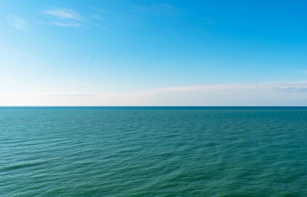 Panorama morza czarnego w słoneczny, bezchmurny dzień
