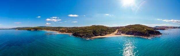 Panorama morza z plażą i górami w nea roda, halkidiki, grecja