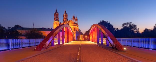 Panorama mostu biskupa jordana nad rzeką cybiną i katedry w poznaniu na wspaniały zachód słońca, poznań, polska.