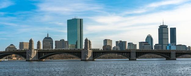 Panorama na sztandar pociągu biegnącego przez most longfellow na rzece charles