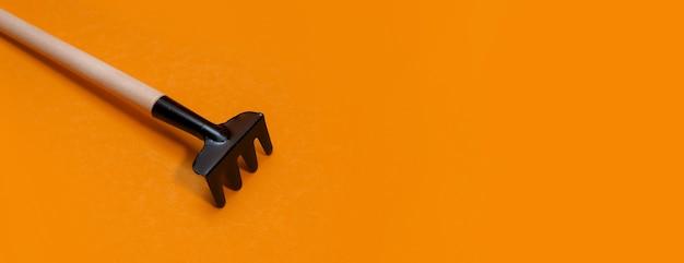 Panorama narzędzi ogrodniczych na pomarańczowym tle