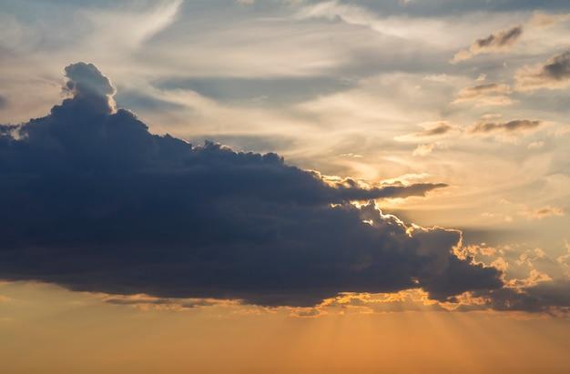 Panorama nieba o wschodzie lub zachodzie słońca