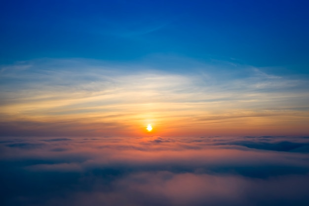 Panorama nieba, świt lub zachód słońca, niebieska godzina