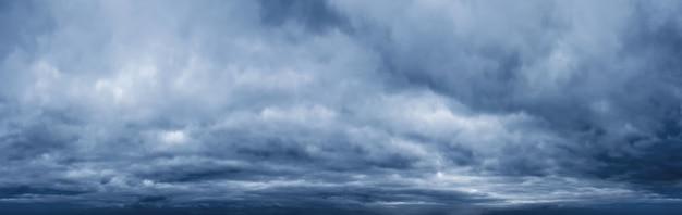 Panorama nieba z ciemnymi chmurami przed burzą. prognoza pogody.