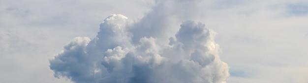 Panorama nieba z dużą białą chmurą w delikatnych niebiesko-szarych odcieniach