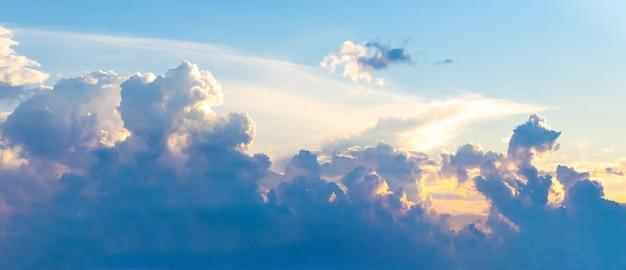Panorama nieba z malowniczymi kręconymi chmurami podczas zachodu słońca