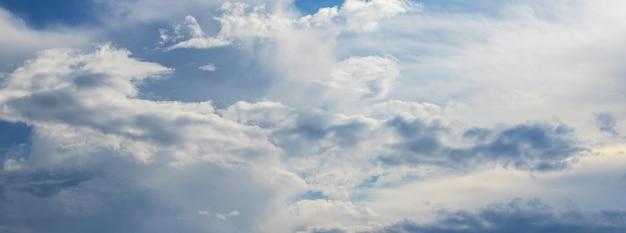 Panorama nieba z różnymi chmurami w pochmurną pogodę