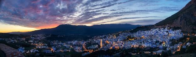 Panorama nocy miasto chefchaouen maroko. niebieskie miasto