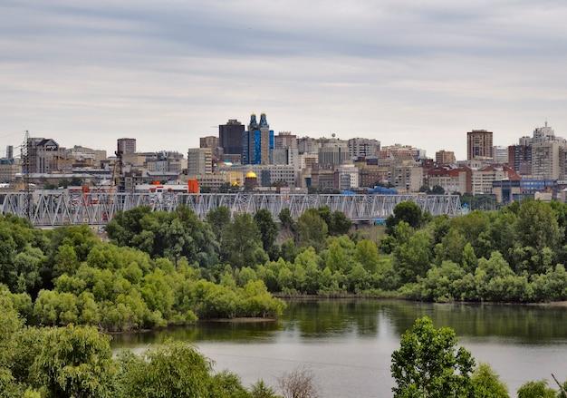 Panorama nowosybirska z mostem kolejowym