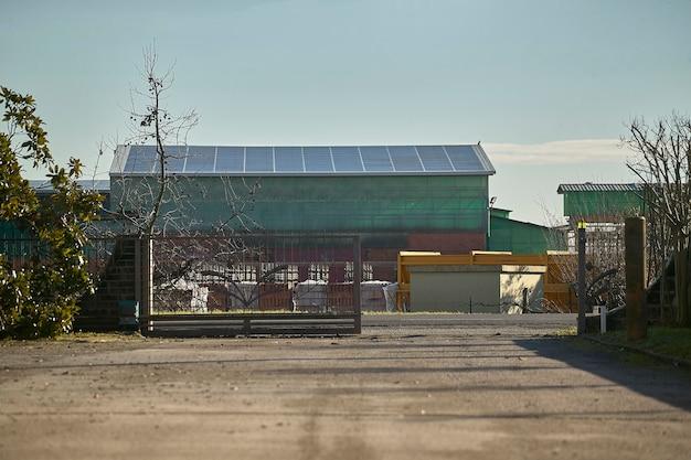 Panorama obszaru przemysłowego małej wioski w północnych włoszech