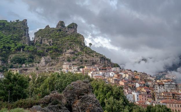 Panorama ogliastry, to wapienno-dolomitowe góry, których nazwa pochodzi od typowego kształtu pięty buta. ulassai, sardynia, włochy
