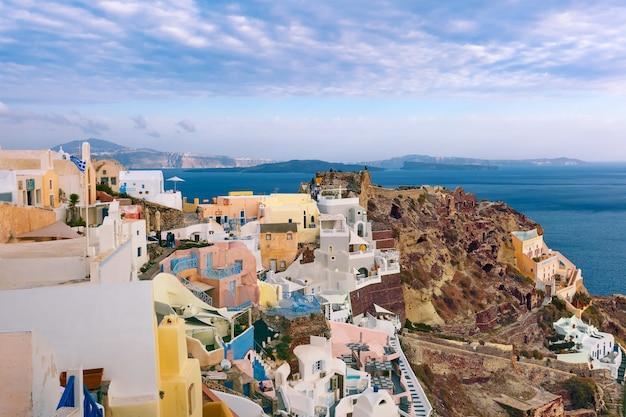 Panorama oia lub ia na wyspie santorini, grecja