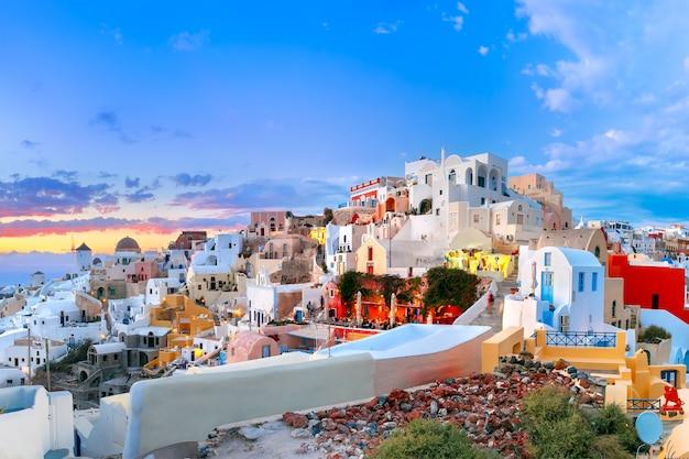 Panorama oia lub ia przy zmierzchem, santorini, grecja